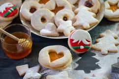 Weihnachten-Linzer-Plätzchen und Weihnachtsverzierung lizenzfreies stockbild