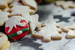 Weihnachten-Linzer-Plätzchen und Weihnachtsverzierungen lizenzfreies stockfoto