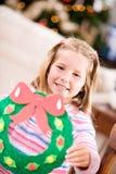 Weihnachten: Mädchen hält Feiertags-Handwerks-Kranz Stockbild