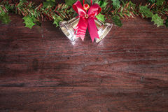 Weihnachten mit Dekoration auf einem hölzernen Brett Lizenzfreies Stockfoto