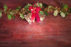 Weihnachten mit Dekoration auf einem hölzernen Brett Stockfotografie