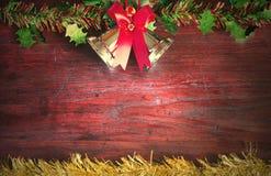 Weihnachten mit Dekoration auf einem hölzernen Brett Lizenzfreie Stockfotos