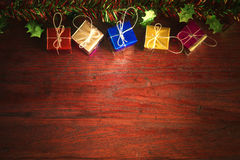 Weihnachten mit Dekoration auf einem hölzernen Brett Stockfotos