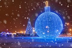 Weihnachten in Moskau Großer Weihnachtsbaum auf Poklonnaya-Hügel herein stockfotos
