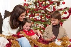 Weihnachten: Mutter mit Sohn und Tochter stockbild