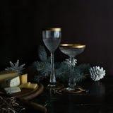 Weihnachten, neues Jahr Tannenzweige, Käse, Dor Blue- und Weinlesechampagnergläser lizenzfreies stockfoto