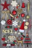 Weihnachten Noel Sign und Dekorationen Lizenzfreie Stockfotos