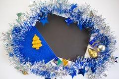 Weihnachten oder flache Zusammensetzung des neuen Jahres Blau- und weißerfunkelnder Bandkranz Lizenzfreie Stockfotografie