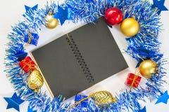 Weihnachten oder flache Zusammensetzung des neuen Jahres mit Papiernotizbuch und Saisondekor Stockbild