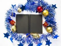 Weihnachten oder flache Zusammensetzung des neuen Jahres mit schwarzer Leerseite Saisondekor für Grußfahne mit Textplatz Lizenzfreies Stockfoto