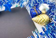 Weihnachten oder flache Zusammensetzung des neuen Jahres Tannenkiefernspielzeug und -geschenk Stockfoto