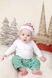 Weihnachten Santa Baby im Elfen-Hut Stockfotografie