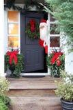 Weihnachten Santa Claus an der Haustür lizenzfreie stockfotos