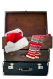 Weihnachten Santa Clothers im Koffer, lokalisiert auf Weiß Lizenzfreie Stockfotos