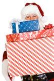 Weihnachten: Santa Standing With Stack Of-Weihnachtsgeschenke Lizenzfreie Stockfotografie