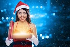 Weihnachten Santa Woman Opening Gift Box Stockbild