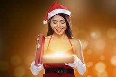 Weihnachten Santa Woman Opening Gift Box Stockfotos