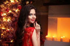 Weihnachten Schöne lächelnde Frau Manikürenägel verfassung heal lizenzfreies stockbild
