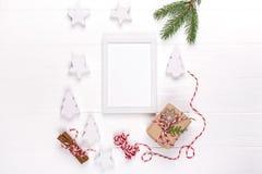 Weihnachten Schein oben mit Fotorahmen, eco Geschenkboxen und Baumasten Feier des neuen Jahres, Feiertagskonzept stockfotografie