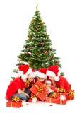 Weihnachten scherzt Öffnungsgeschenkgeschenkbox, Sitzen unter Tannenbaum Stockfotografie