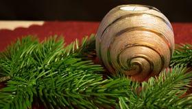 Weihnachten, silberne Kerze mit Kiefernniederlassungen Stockbild
