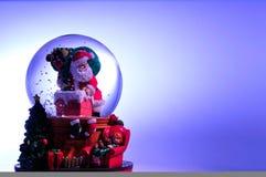 Weihnachten Snowglobe mit Sankt Lizenzfreies Stockbild