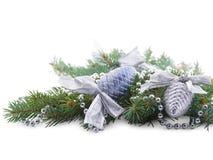 Weihnachten spielt auf den Niederlassungen der Fichte gerückspult mit den Perlen, die auf weißem Hintergrund lokalisiert werden Lizenzfreie Stockbilder