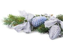 Weihnachten spielt auf den Niederlassungen der Fichte gerückspult mit den Perlen, die auf weißem Hintergrund lokalisiert werden Stockbild