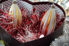 Weihnachten spielt in einem Kasten in Form eines Herzens Stockfotografie