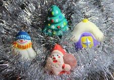 Weihnachten spielt handgemachtes im silbernen Lametta Lizenzfreie Stockbilder