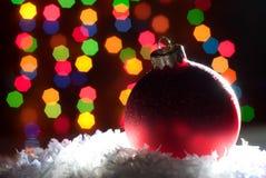 Weihnachten spielt im Schnee mit einem Weihnachtsbaum mit Girlanden O Lizenzfreie Stockfotografie