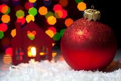 Weihnachten spielt im Schnee mit einem Weihnachtsbaum mit Girlanden O Stockfotografie