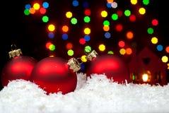 Weihnachten spielt im Schnee mit einem Weihnachtsbaum mit Girlanden O Stockfotos