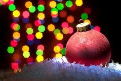 Weihnachten spielt im Schnee mit einem Weihnachtsbaum mit Girlanden O Stockbilder