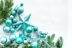 Weihnachten spielt Muster Blaue Sterne und Bälle nahe Kiefer verzweigt sich auf weißes copyspace Draufsicht des Hintergrundes Stockfotos