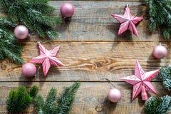 Weihnachten spielt nahe Kiefernniederlassungen auf hölzernem copyspace Draufsicht des Hintergrundes Stockbild