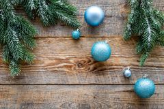 Weihnachten spielt nahe Kiefernniederlassungen auf hölzernem copyspace Draufsicht des Hintergrundes Lizenzfreies Stockfoto