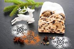 Weihnachten stollen Abstraktes Hintergrundmuster der weißen Sterne auf dunkelroter Auslegung Lizenzfreie Stockfotografie