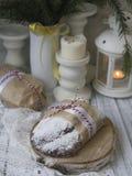 Weihnachten Stollen mit Rosinen, getrockneten Aprikosen, getrockneten Kirschen, Nüssen und kandierten Früchten in der Zuckerglasu lizenzfreie stockfotografie