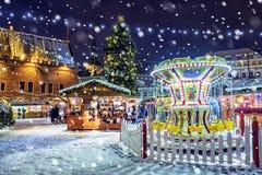 Weihnachten in Tallinn Stadt Hall Square mit Weihnachtsmarkt lizenzfreie stockbilder
