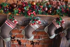 Weihnachten trifft Geschenk hart Stockfoto