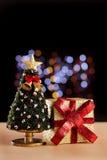 Weihnachten umgebend mit bokeh Lichtern lizenzfreie stockbilder