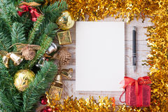 Weihnachten und Dekorationen und Notizbuch des neuen Jahres auf weißem hölzernem Hintergrund der Weinlese Kopieren Sie Platz Stockbild