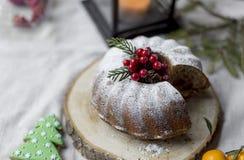 Weihnachten und der Kuchen des neuen Jahres mit Beeren lizenzfreies stockbild