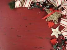Weihnachten und glücklicher Feiertagsweinlesehintergrund auf dunkelroter Weinlese bereiteten Holz auf Lizenzfreies Stockfoto