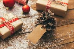 Weihnachten und neues Jahr auf einem hölzernen Hintergrund Stockbilder
