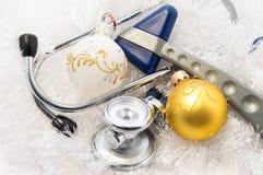 Weihnachten und neues Jahr in der Medizinidee Stethoskopinnere medizin und neurologische Hammerneurologie und -neurologie sind lizenzfreies stockbild