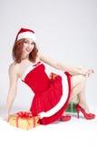 Weihnachten und neues Jahr-Konzept und Ideen Positiver Kaukasier Santa Helper Girl Posing mit Geschenken Stockfotografie