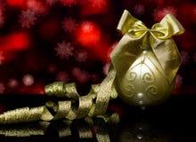Weihnachten- und neues Jahr ` s Karte Dekorationen auf einer schwarzen Spiegelreflexionsoberfläche Lizenzfreie Stockfotografie