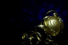 Weihnachten- und neues Jahr ` s Karte Dekorationen auf einer schwarzen Spiegelreflexionsoberfläche Lizenzfreies Stockbild